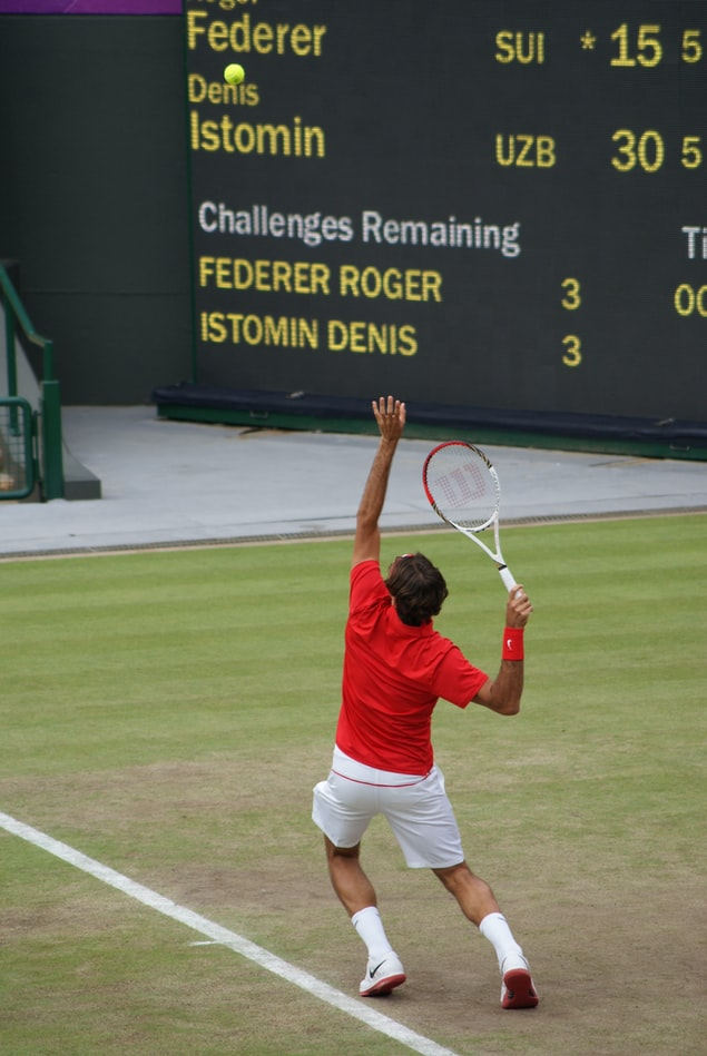 Federer-playing-on-grass